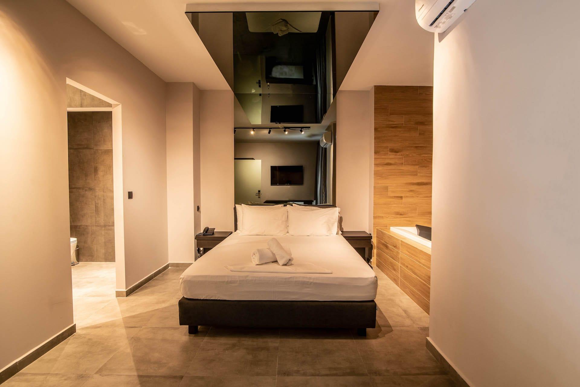 Το Jacuzzi Suite στα Ruby Rooms στην Αθήνα. €30 ημιδιαμονή.