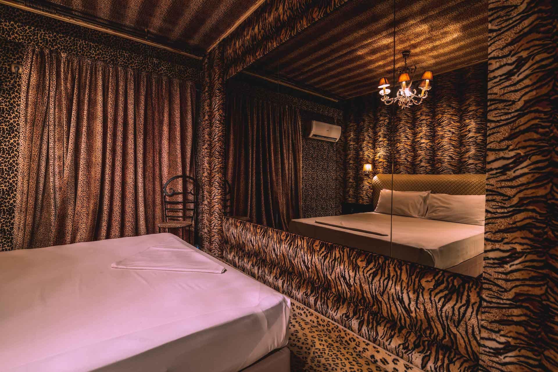 Το δωμάτιο Fantasy Room 215 στα Ruby Rooms στην Κηφισιά και τα Βόρεια Προάστια. €30 ημιδιαμονή.