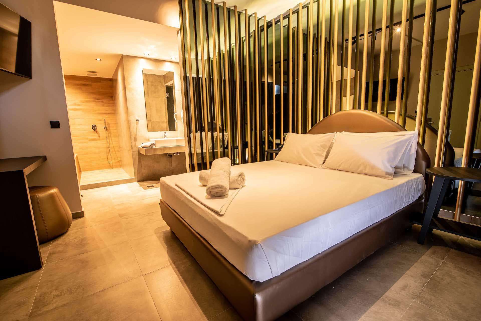 Το Jail Me Suite στα Ruby Rooms στην Αθήνα. €30 ημιδιαμονή.