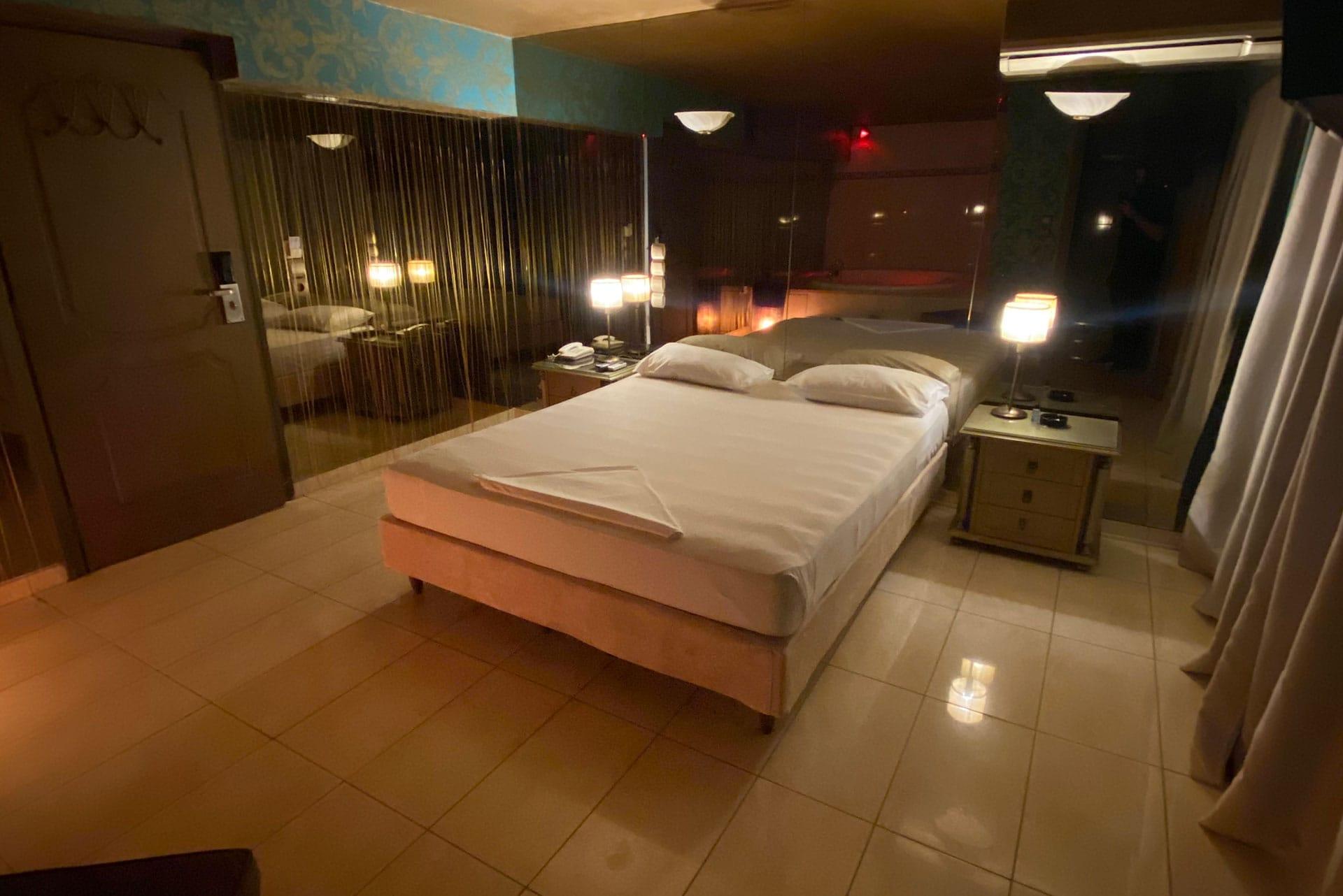 Το δωμάτιο Jacuzzi Room 25 στα Ruby Rooms στην Κηφισιά και τα Βόρεια Προάστια. €40 ημιδιαμονή.