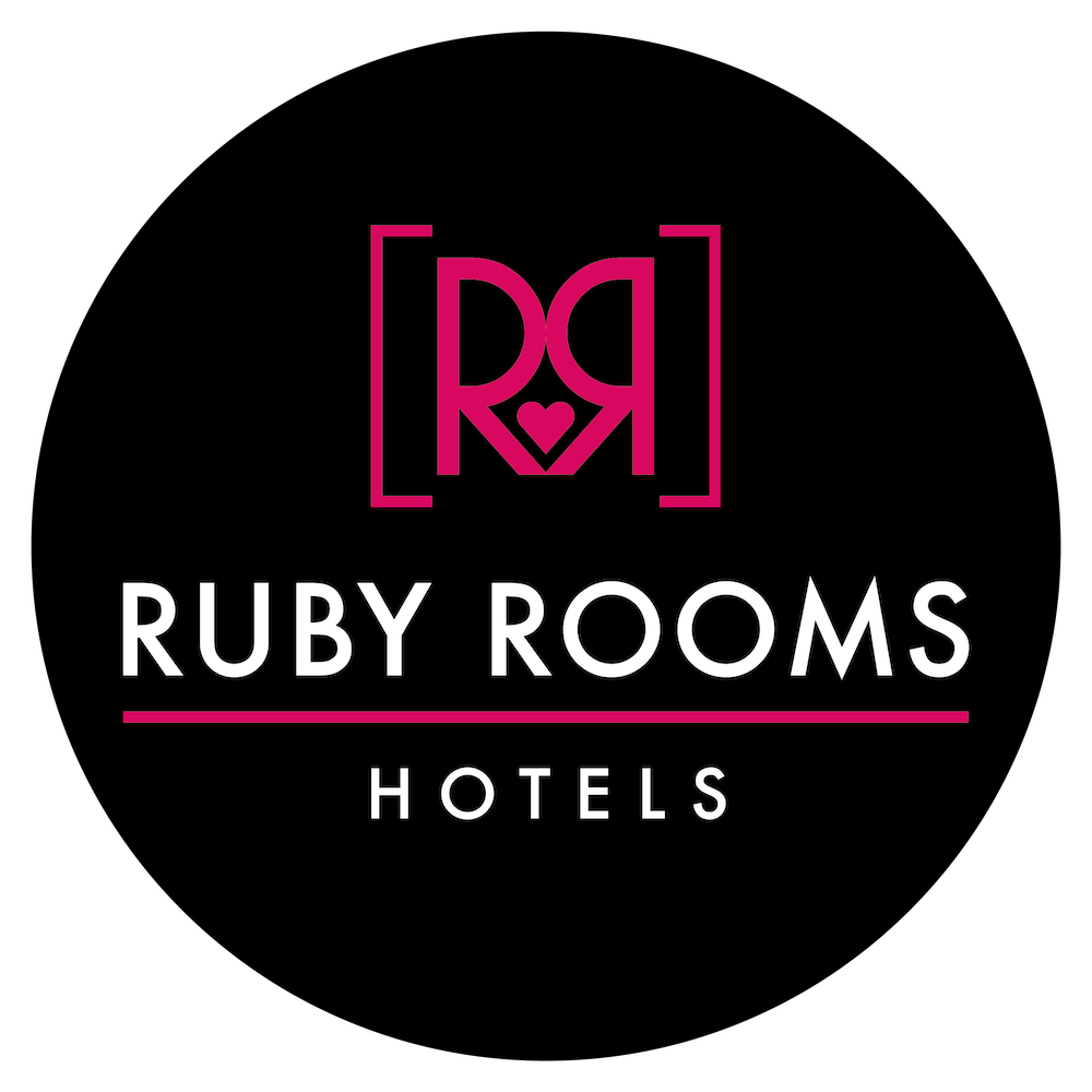 Το λογότυπο των Ruby Rooms. Ξενοδοχεία ημιδιαμονής και διαμονής στην Αθήνα και την Κηφισιά.