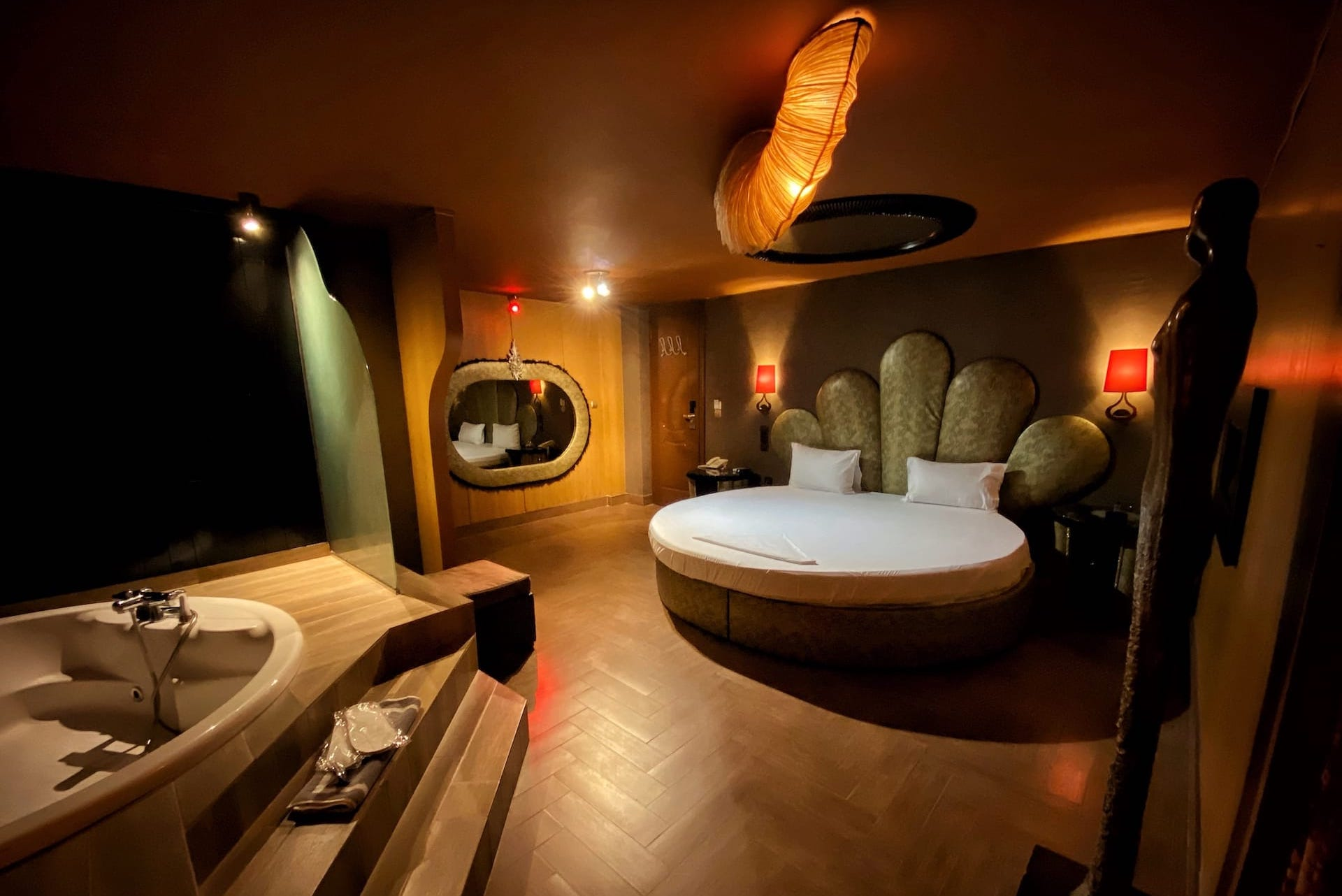 Η σουίτα 24 στα Ruby Rooms στην Κηφισιά και τα Βόρεια Προάστια. €50 ημιδιαμονή με μπεζ αποχρώσεις.